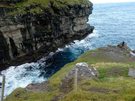 Gjogv, Faröer Eilanden: 崖の上から見る、青い海