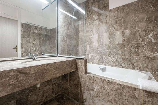 Armbouts-Cappel, Frankrijk: Bathroom in guest room