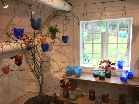 Hjelmeland, Norge: Autumn exhibition 2019: Blown glas from Trine Sundt in Sofie's house