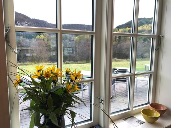 Hjelmeland, Norge: From the small cafe (self service) with a wiev towards the Hagalid lake, autumn exhibition (four weekends in October 2019) Homemade soup, wafles, cakes, icecream, etc.