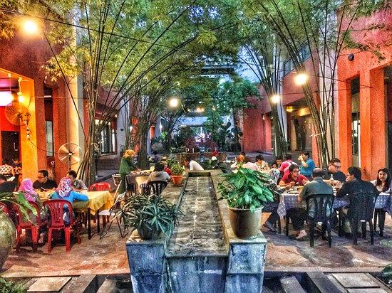 Outdoor Dining at Skohns Canteen Damansara Perdana.