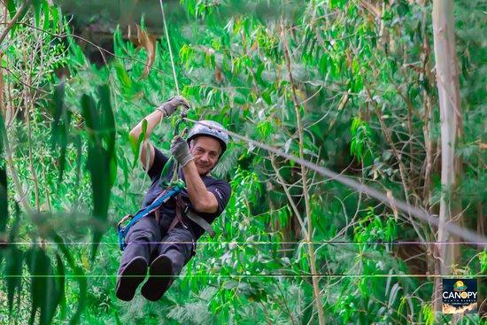 Esto es vivir la naturaleza y la emociòn de cruzarla por arriba. Una sensaciòn distinta y ùnica la de estar arriba de grandes y gigantes àrboles. Deslizarse por cables de acero sintiendo el sonido de la polea en el cable, los pàjaros y el viento.