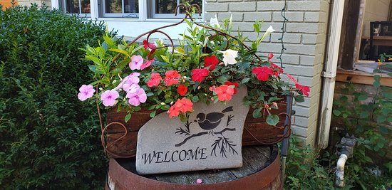 Burlington, CT : Welcome sign. Beautiful flowers everywhere.
