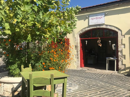 Gavalochori, Grecia: Lovely courtyard setting
