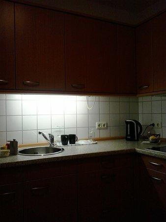 keukentje met minibar /koelkast gebruik potten en pannen tegen betaling