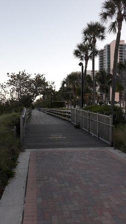 lekker wandelen met links zicht op de zee, rechts loop je langs de achterkant van alle hotels