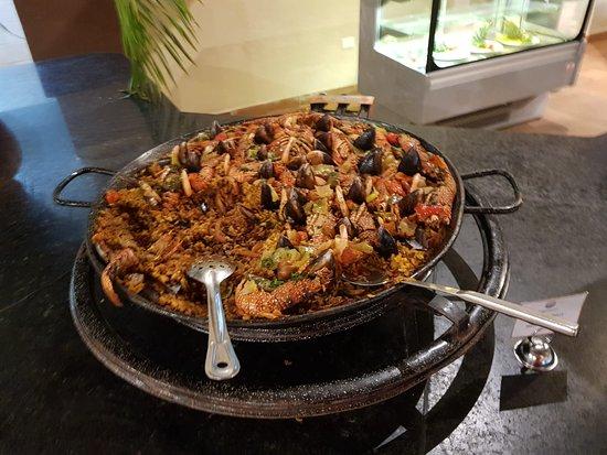 La comida buffet  es amplio y variado. Por las mañana lo que más me gusta son las tortillas a la plancha con sus rellenos al gusto.
