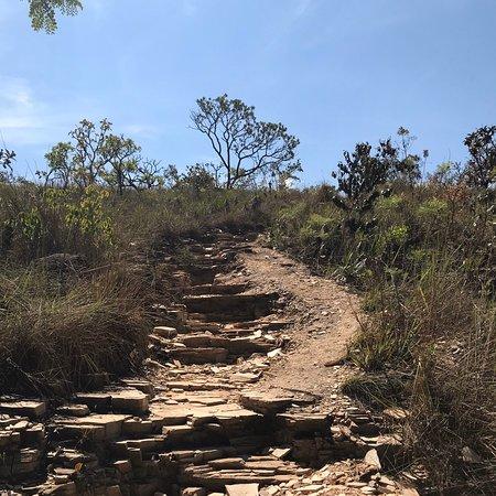 Poço Dourado é visita obrigatória na trilha do sol. Espaço com boa energia, no meio da mata, caminha-se com água pela canela, depois de descer as escadas áridas da trilha. Vale a pena.