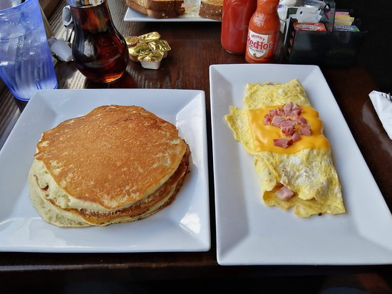 Great Valley, Estado de Nueva York: Ham and cheese omelet with pancakes
