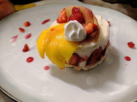 Litchi-fraisier sur sa meringue à la noix de coco et fruits frais