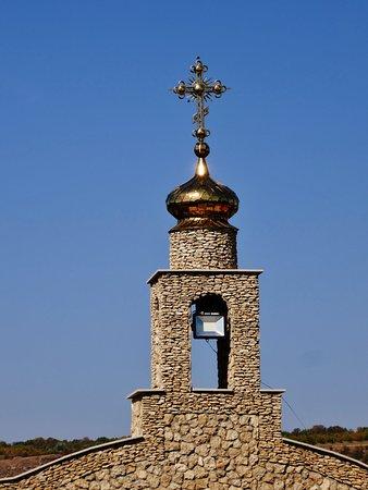 Korset på ingångsportalen till klosterkyrkan