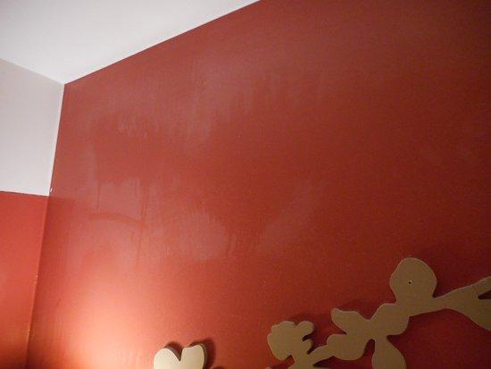 Ménage mal fait, mur poussiéreux.