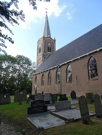 Achterzijde kerk met begraafplaats