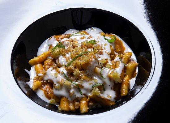 gnocchi di patate, peperone arrosto e squacquerone. Foto di Maurizio Anselmi.
