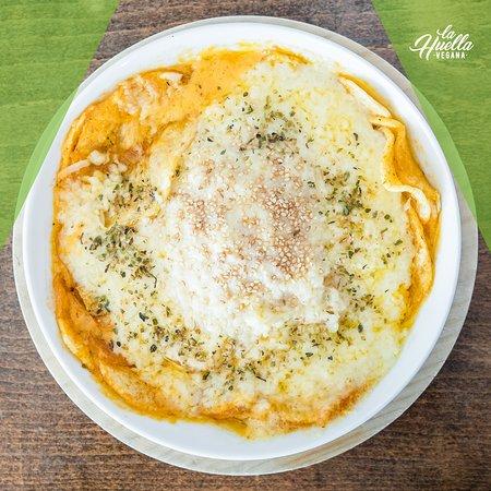 PATATAS GAUCHAS Fuente de patatas con salsa gaucha y mozzarella fundida al horno. Los mejores platos para compartir de La Huella Vegana