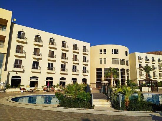 Piscina riservata agl ospiti e corpo centrale hotel