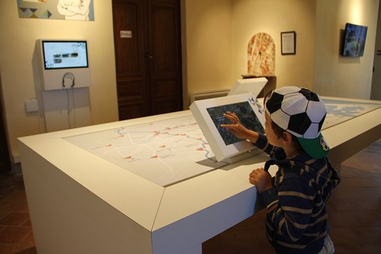 L'office de tourisme du Somail propose un exposition en accès libre. Ici, la carte interactive sur l'histoire des trois canaux (canal du Midi, Jonction et Robine) et les sites incontournables du Grand Narbonne.