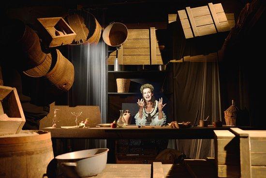 """Un """"must see"""" lors de votre visite à l'office de tourisme du Somail : la découverte de l'histoire de Misses Craddock, l'hologramme une voyage anglaise du 18eme siècle. Histoires vraies et drôles. Accès libre En français, anglais, espagnol et allemand"""