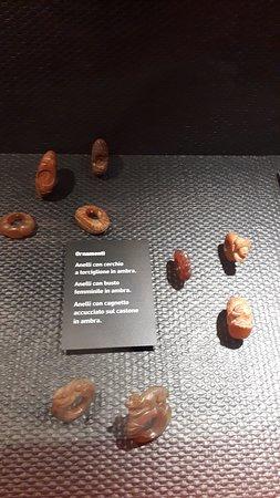 Anelli femminili in ambra
