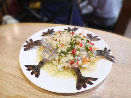 活蝦刺身 肉質爽口彈牙,淋左酸汁十分開胃,面層鋪滿青紅辣椒粒,唔小心咬到相當辣好刺激。