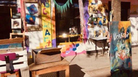 Venì a compartir un rato con nosotros. Estamos trabajando en nuestras obras y todas las tenemos a la venta. Cuando es un hermoso dìa de sol, dibujamos y pintamos en la vereda. Nos gusta charlar y compartir experiencias con otros artistas y con todos los amantes del arte y las cosas lindas. En La Boca,la vida de los vecinos transcurre en la calle, y a nosotros nos encanta, por eso salimos a la vereda a exponer nuestros trabajos.