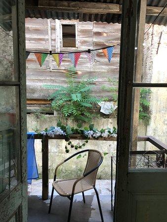 La Boca del Arte està en un inmueble del año 1896. Con una puesta en valor de la arquitecta Beatriz Maria Grosso, en la que se respetò su esencia, y se conservaron todos los materiales originales. Entrar, es sumergirse en un lugar donde todavìa se percibe la vida de los inmigrantes que llegaron de Europa a fines de los siglos XVIII y XIX. Compartìan la cocina, el baño, el patio. Y tambièn sus sueños.