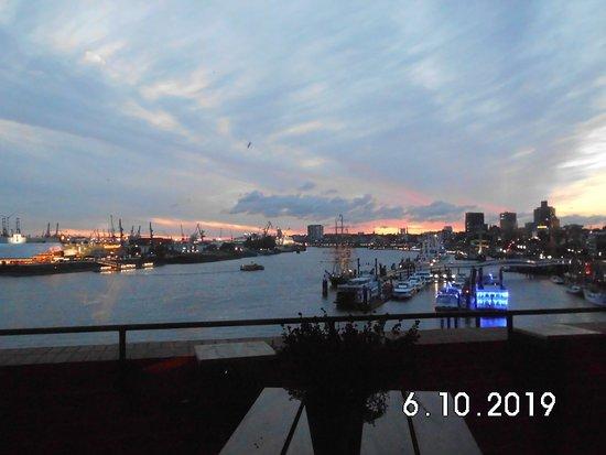 Blick vom Störtebeker Pub aus in den Hafen