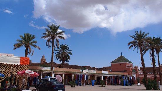 Zagora, Marruecos: Otro de los lugares que merece ver en el Sur de Marruecos es Tamegrout. En el S. XI Tamegroute era una ciudad de gran importancia puesto que aquí se fundó una escuela sufí nazarí que intermediaron entre las belicosas tribus bereberes de las montañas circundantes. Fundaron una biblioteca que fue de las más grandes de Marruecos y se puede visitar. Merece la pena además pasear por el pueblo, con sus calles techadas que dan la sensación de estar en una ciudad subterránea.