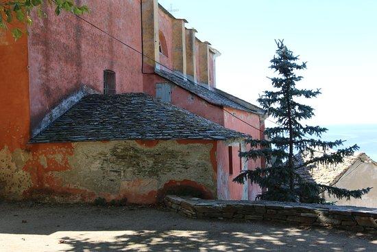cette église a besoin d'une rénovation, en particulier sa façade extérieure.