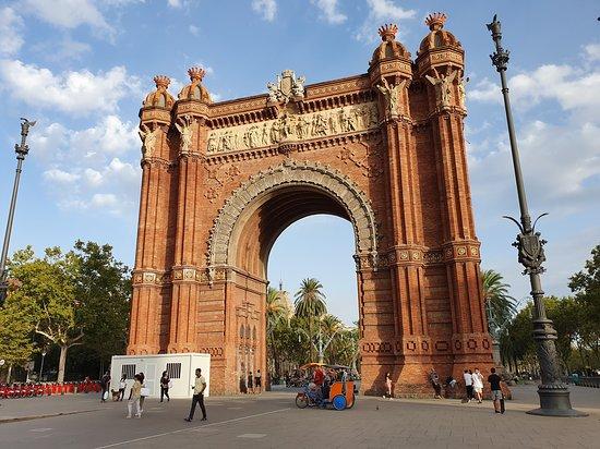 E-Bike-Tour mit Seilbahnfahrt und Bootstour: Barcelona-Premium-Tour in kleiner Gruppe: Arc de Triomf