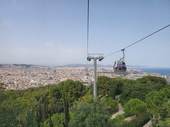 E-Bike-Tour mit Seilbahnfahrt und Bootstour: Barcelona-Premium-Tour in kleiner Gruppe: View of Barcelona from the Montjuïc Cable Car