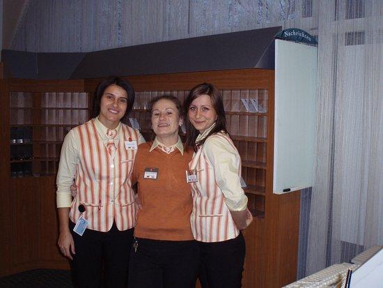 Heidelberg, Deutschland: ハイデルベルク駅前のホテル イビス(IBIS)のフロント3人娘、陽気な人たち、特に真ん中のおばさん