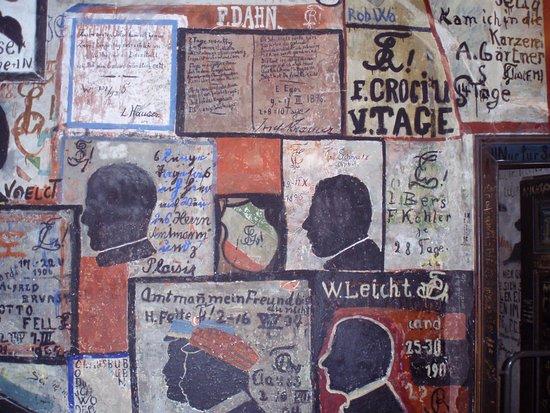 Heidelberg, Deutschland: ヨーロッパ最古の大学ヘイデルベルク大学のStudentenkarzer(学生牢)の独房内に書かれた名画(?)かって大学は治外法権だったため大学が独自に設置したもの。1918年第一次世界大戦の終わりまで続いた。町を夜中大声をあげて闊歩するとか、豚小屋の柵を開け豚を逃がすとかの軽微な犯罪者が収容され退屈まぎれに描いたもの