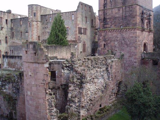 Heidelberg, Deutschland: 半分破壊されたハイデルベルク城。石造りの城をどんな道具で破壊したのか?