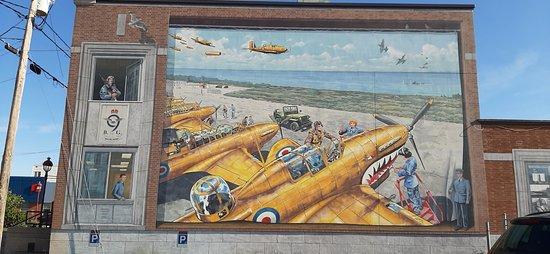 Murale sur la rue Jacques-Cartier, rappelant qu'il y a eu autrefois la 9è école de tir et bombardement de Mont-Joli