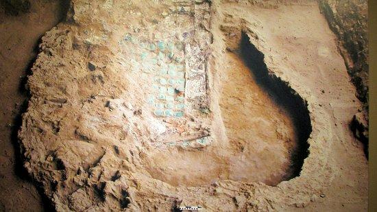 Tela pintada que cubría el fardo funerario decorada con olas marinas antropomórficas