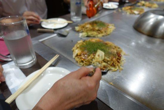 お好み焼きは、箸でなく、小型のヘラで食べるべし。