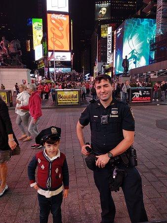 Isso para mim representa o respeito que os policiais americanos sempre expressarão por meus filhos em vários momentos. Crianças tem um tratamento diferenciado por eles, bem como a sociedade por lá respeita de forma diferente os policiais.