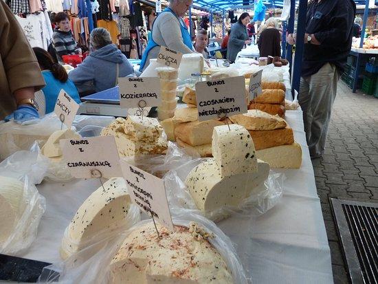 Essen & Wodka von Krakau: cheeses at the market