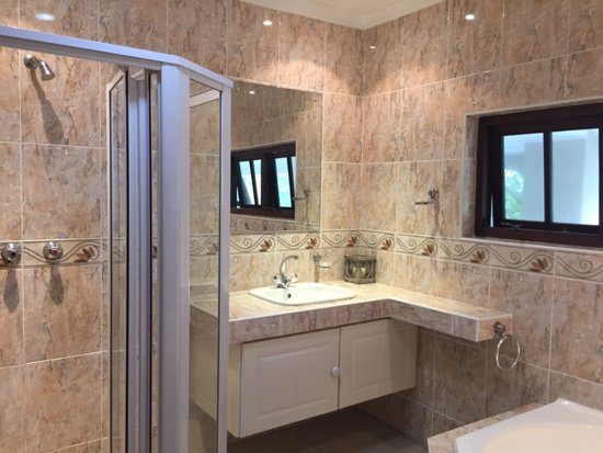 Umhlanga Rocks, Νότια Αφρική: A lovely spa bath and shower to relax!