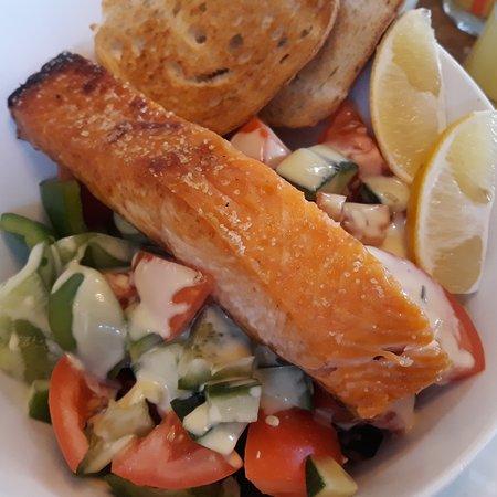 Lysa nad Labem, República Checa: Grilovaný Norský losos na míchaném zeleninovém salátu s opečeným toastem