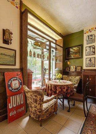 Музейный магазин и кафетерий. Очень атмосферное место с духом старого Кёнигсберга. Кофе, десерты (конечно же, марципан!), антиквариат, сувениры.