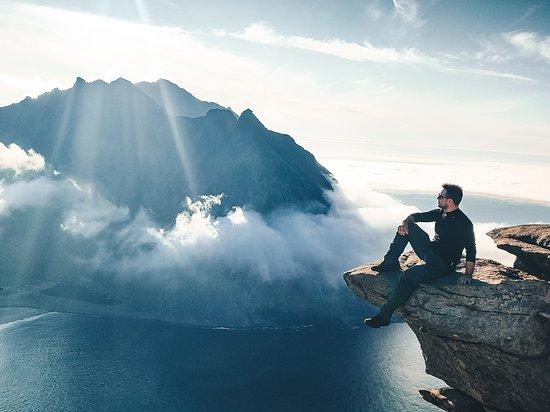 Northern Norway, นอร์เวย์: Con i piedi a penzoloni su un fiordo norvegese