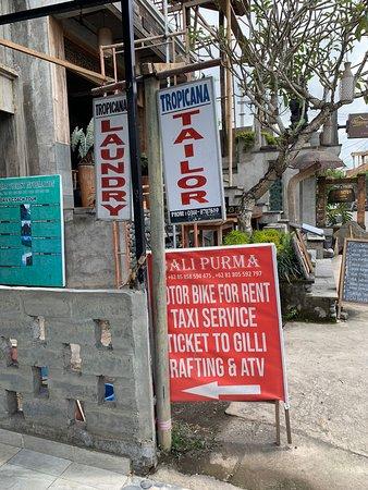 Bali, Indonesia: Tropicana laundry  코마네카 앳 비스마에서 가장 가까운 laundry shop입니다. 세탁물을 찾아와서 보니 세탁을 전혀 하지 않은채로 접어서 비닐백에 넣어줬네요. 얼룩들 다 그대로고 구김도 마찬가지구요. 이 집은 가지 마세요.