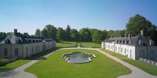 Bignan, Frankreich: Vue de la cours d'honneur de Kerguéhennec depuis le balcon du château. Domaine de Kerguéhennec, Département du Morbihan © Julien Le Gléau, 2014