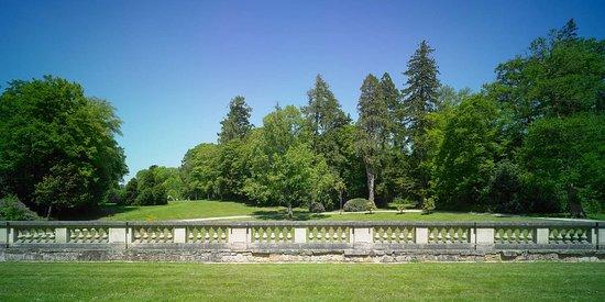 Bignan, Frankreich: Vue du parc arboretum depuis la terrasse nord du château. Domaine de Kerguéhennec, Département du Morbihan © Julien Le Gléau, 2014