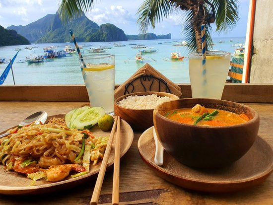 Restaurants in El Nido - Shows drinks and meals overlooking the beach from above