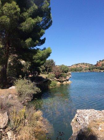 Castilla-La Mancha, España: LAGUNAS DE RUIDERA. LA FRONDOSIDAD DEL SENDERO SE ASOMA A LA CAPACIDAD INMENSA DE LAS LAGUNAS PARA ACUMULAR UN AGUA QUE NO SABE SI VESTIR DE AZUL O VERDE...