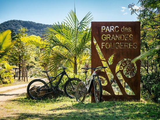 Farino, Ny-Caledonia: Entrée du Parc des Grandes Fougères L'occasion de faire une belle balade en vtt... Location possible de VTTAE sur réservation  (Contactez nous au 687-78 39 50 ou 73 93 00 Ebikeadventure )