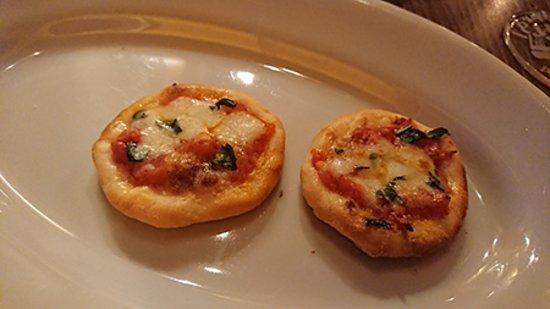 最初の一皿。ピザです。
